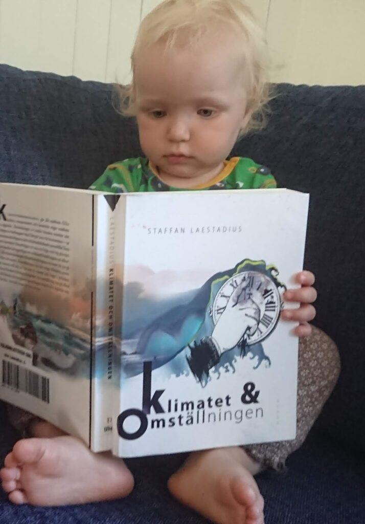 Elia läser en bok